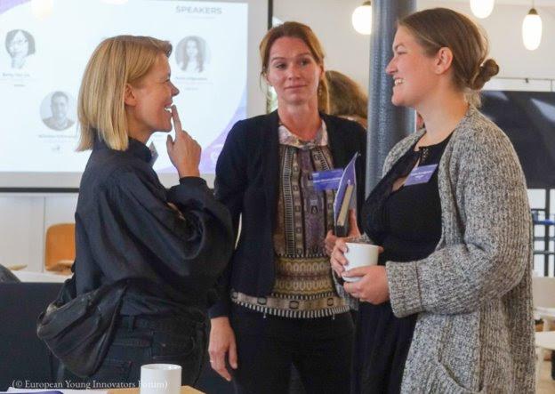 Tres mujeres hablando (© European Young Innovators Forum)
