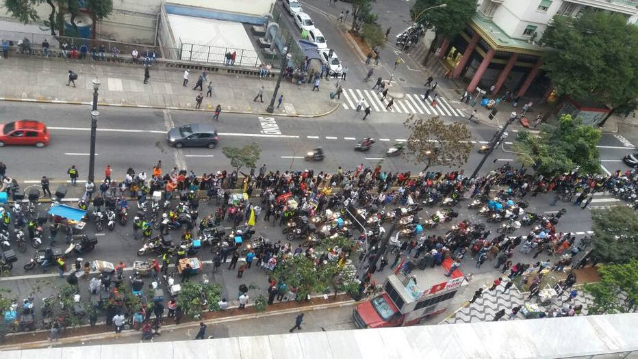Grupo protesta em frente à Câmara contra projetos de desestatização de Doria