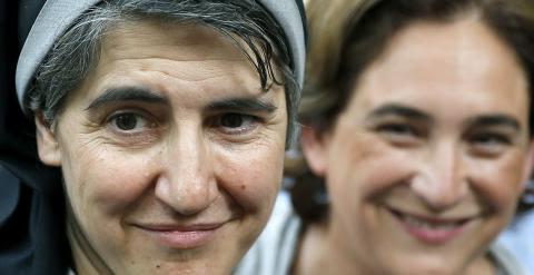 La monja benedictina Teresa Forcades en un acto junto a Ada Colau. EFE/ Andreu Dalmau