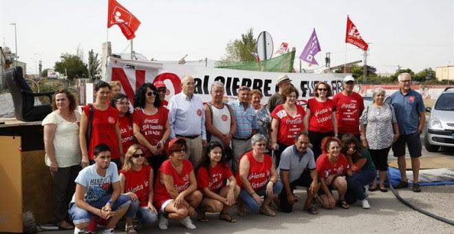 Trabajadores afectados por el ERE de Coca-Cola en el campamento instalado en Fuenlabrada, de donde temen ser desalojados cuando asistan hoy al curso de formación al que les obliga la empresa.-  EFE