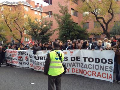 Imagen de de una de las pancartas con las que los manifestantes han recibido al ministro de Justicia, Alberto Ruiz-Gallardón, en Barcelona.