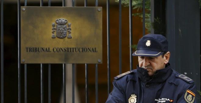 Un agente de Policía, de guardia en la entrada del Tribunal Constitucional. REUTERS