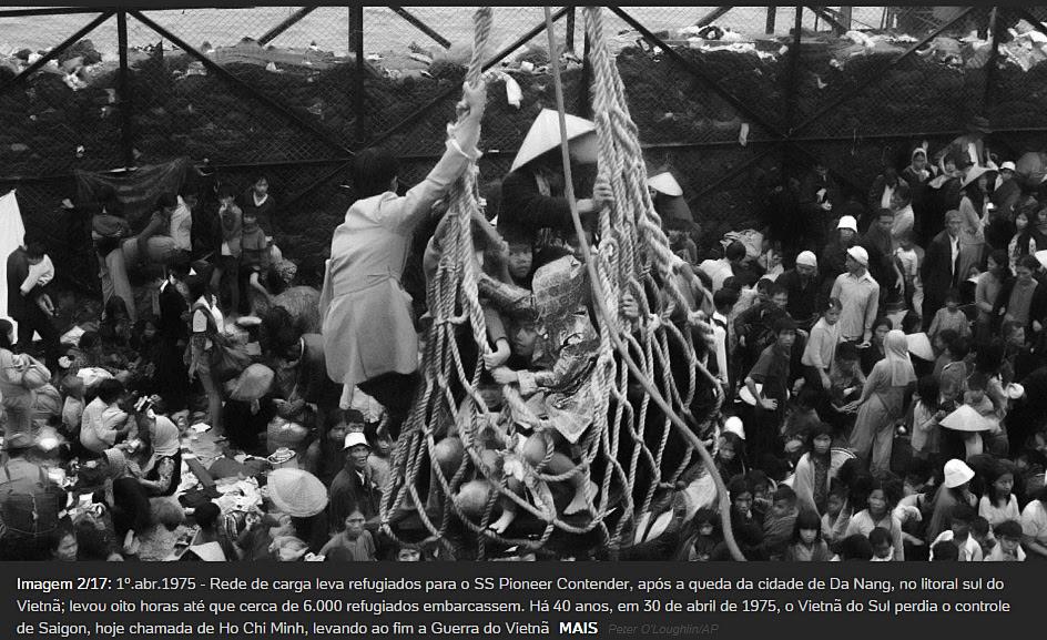 Hình: 1 April 1975 – Lưới chuyển hàng đưa người tị nạn lên tầu SS Pioneer Contender ở bờ biển, sau khi thành phố Đà Nẵng sụp đổ; Phải mất tám giờ để đưa khoảng 6.000 người tị nạn lên tầu. Nguồn: Peter O'Loughlin / AP