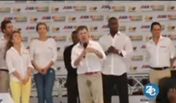 بالفيديو: الرئيس الكولومبي يتبول على نفسه في خطاب جماهيري .. ويواصل خطابه !