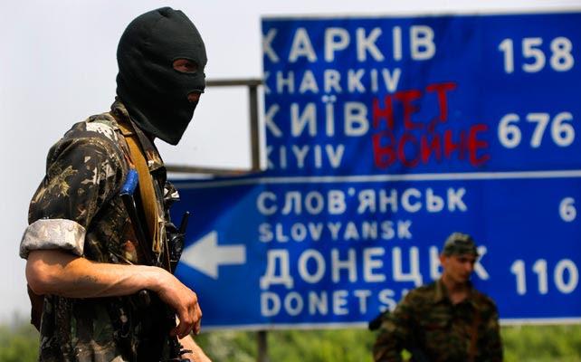 Milicianos prorrusos en un puesto de control en una carretera junto a la localidad de Semenivka.