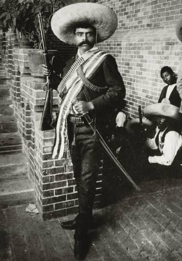 Emiliano Zapata, con rifle y sable.