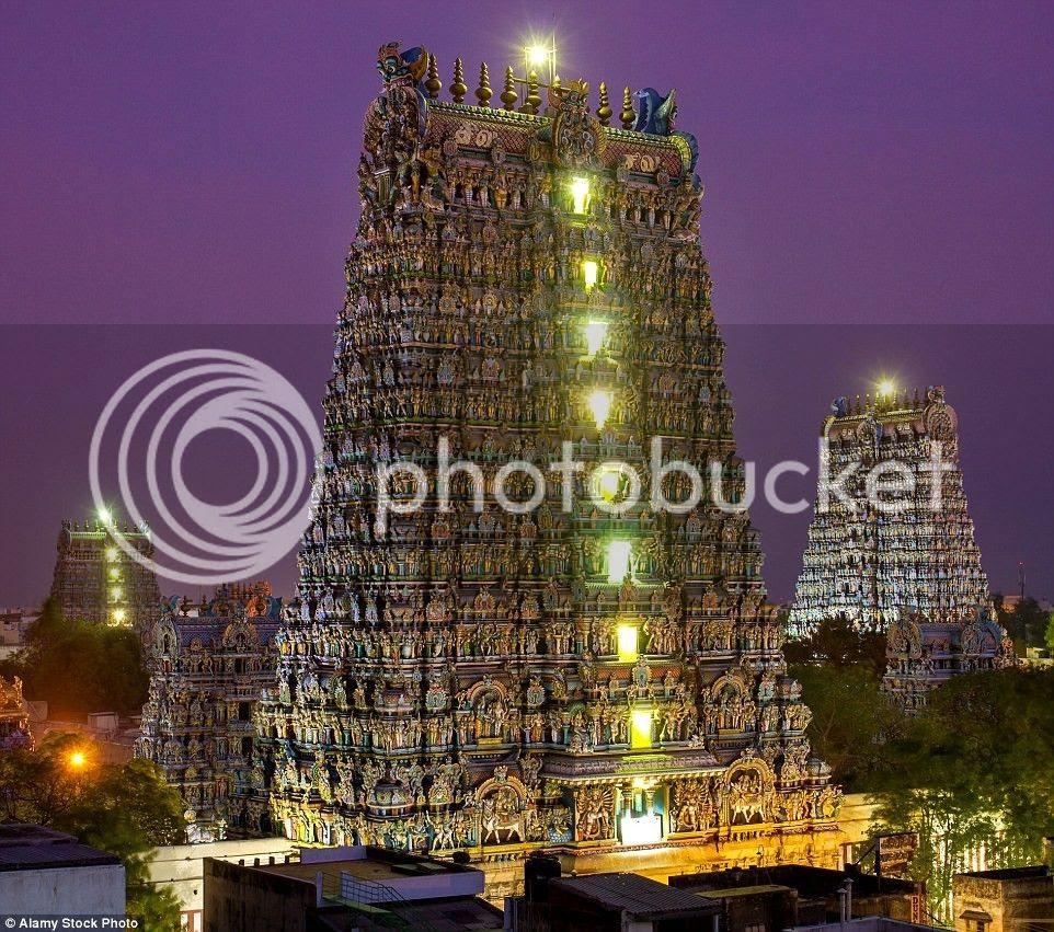 Ngôi đền với đèn điện lộng lẫy về đêm.