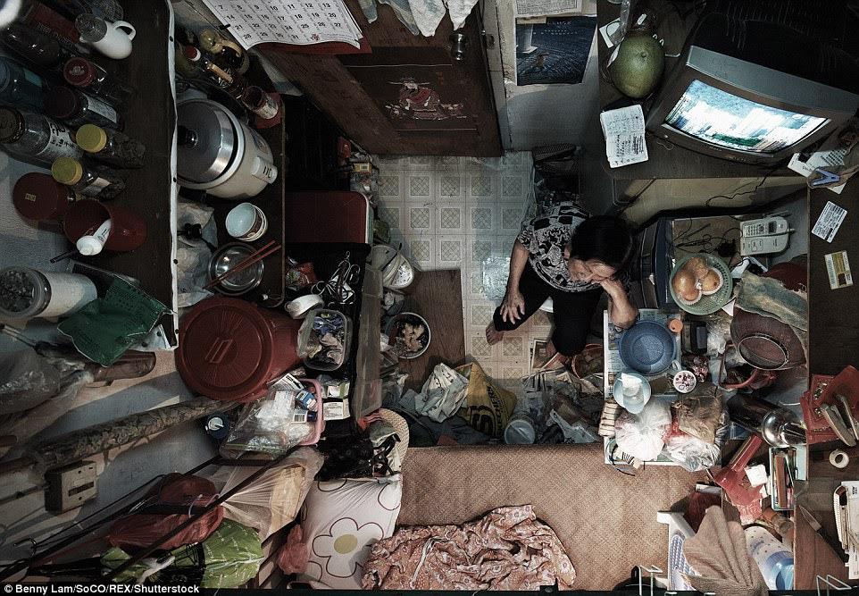 Bức ảnh này cho thấy một người phụ nữ già trong căn hộ của cô bé xíu