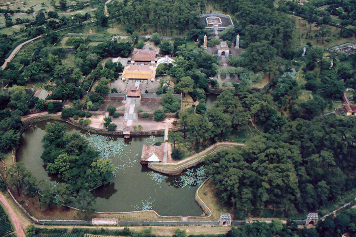 Hinh chụp từ trên cao Lăng Vua Tự Đức, Huế. Nguồn: adst.org