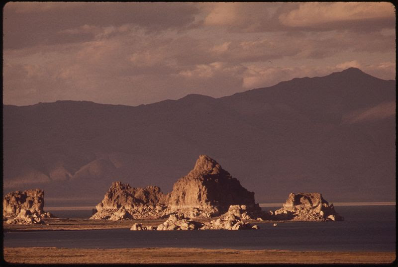 File:THE PINNACLES AT PYRAMID LAKE, SOUTH SIDE. BEYOND ARE THE VIRGINIA MOUNTAINS - NARA - 552894.jpg