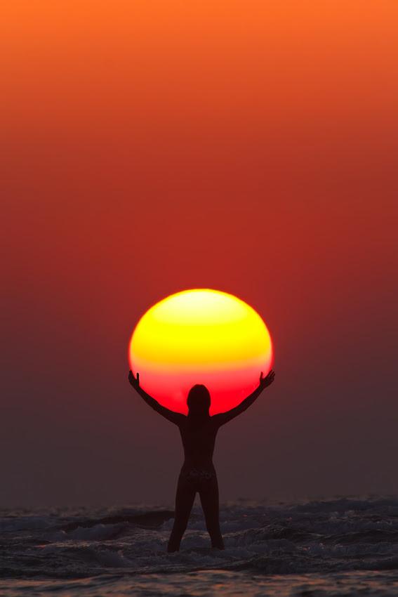 http://twistedsifter.com/2013/07/praise-the-sun-silhouette/