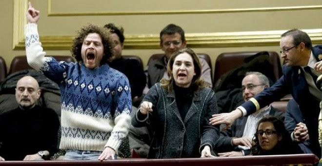 Iván Ramírez junto a Ada Colau durante una protesta en el Congreso contra la ley antidesahucios del PP- EFE