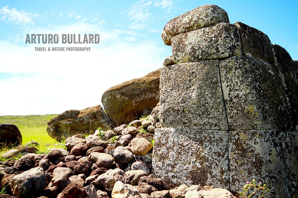Muro construido con la misma técnica que utilizaron los incas, al lado un Moai caído