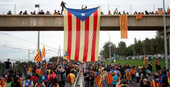 18/10/2019 - Manifestantes cuelgan una estelada de un puente durante la huelga general en catalunya. / REUTERS - ALBERT GEA