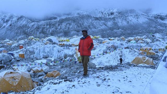 Contra Covid, China vai instalar uma barreira física no topo do Everest