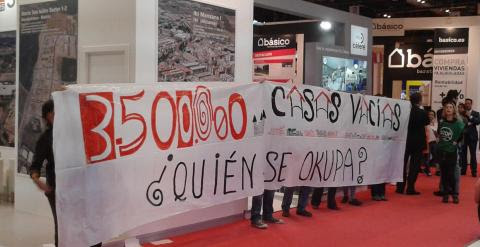 Manifestantes de la PAH protestando en el Salón Inmobiliario Internacional de Madrid / A.I