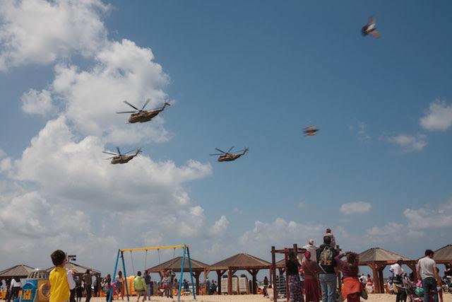 Tel Aviv beachgoers enjoying last year  s IAF flyover. Photo by Sarah Schuman/Flash90