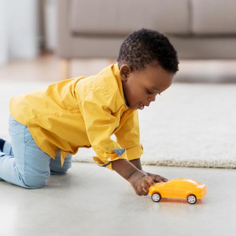 Garçon jouant avec une voiture