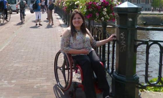 Cadeirante Fabíola Pedroso em um dos pontos turísticos de Amsterdã