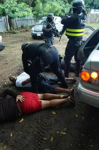 Policías de Migración de Costa Rica inmovilizaron, en un sector cercano a la frontera con Nicaragua, a dos mujeres y un hombre integrantes de una red de tráfico de migrantes cubanos.