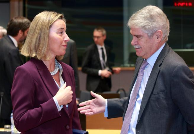 El ministro español de Asuntos Exteriores, Alfonso Dastis conversa con la jefa de la diplomacia europea, Federica Mogherini