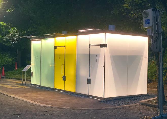 Khi có người bên trong, nhà vệ sinh này sẽ tự động mờ đục và người xung quanh sẽ không nhìn thấy.