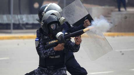 Agentes lanzan gases lacrimógenos contra los simpatizantes de Nasralla. Tegucigalpa, Honduras, el 30 de noviembre de 2017.