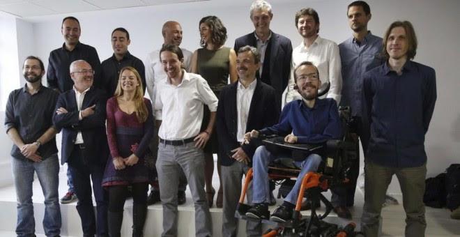 Pablo Iglesias, con los trece candidatos autonómicos durante las pasadas elecciones autonómicas de mayo./ EFE