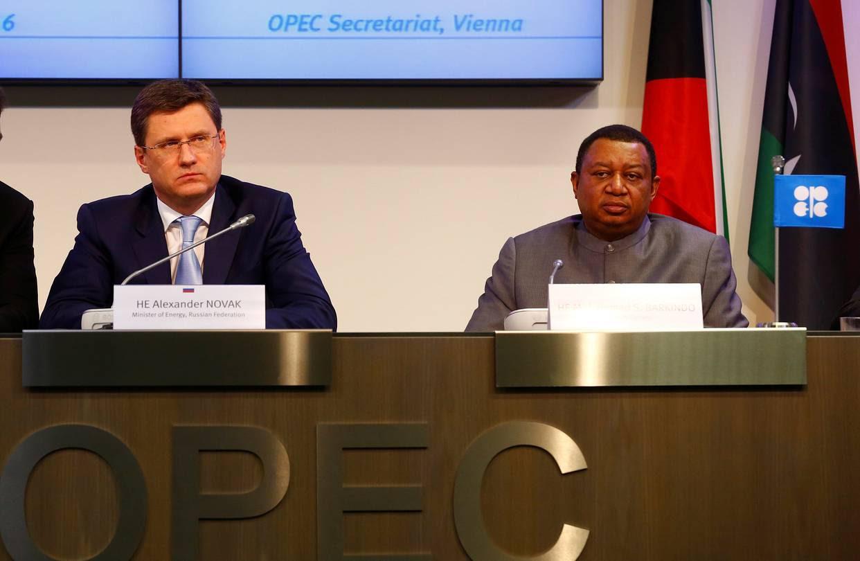 El secretario general de la OPEP, Mohammed Barkindo (der.) y el ministro de energía de Rusia Alexander Novak, durante la reunión.