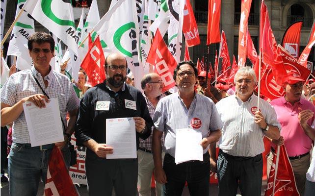 Los representantes de los sindicatos muestran el escrito que han entregado hoy en el ministerio de Hacienda.