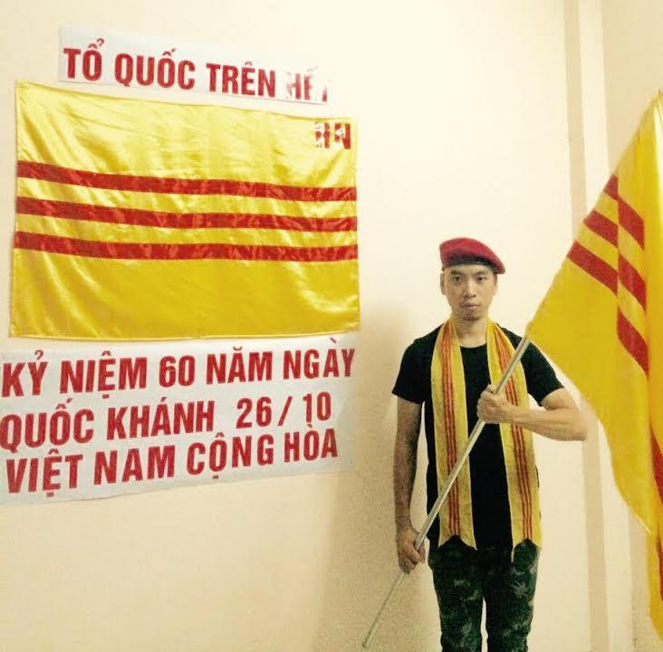 Một bạn trẻ ở Hà Nội cầm quốc kỳ VNCH, kỷ niệm 60 năm ngày quốc khánh Đệ nhất Cộng hòa 26/10/2016.(Ảnh; Facebook Trần Hải Hoàng Anh)