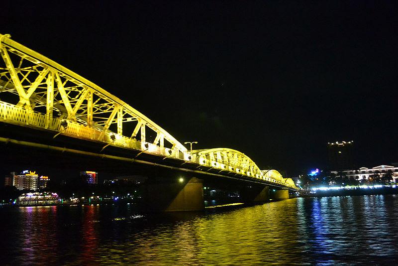 File:Cầu Trường Tiền về đêm 2011.jpg
