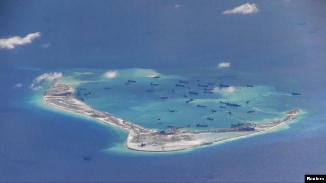 រូបឯកសារ៖សកម្មភាពប្រទេសចិនបូមខ្សាច់នៅតំបន់កោះផ្កាថ្ម Mischief Reef នៅសមុទ្រចិនខាងត្បូងដែលមានជម្លោះកាលពីថ្ងៃទី២១ ខែឧសភា ឆ្នាំ២០១៥។ (Reuters)