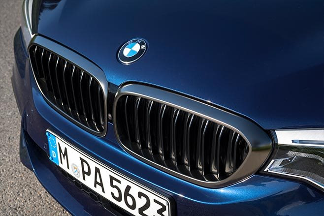 BMW M550i xDrive grille