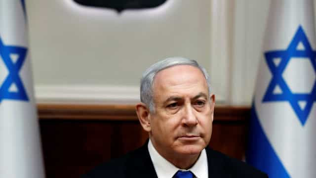 A seis semanas de nova eleição, Netanyahu vai à Justiça e volta a negar acusações de corrupção