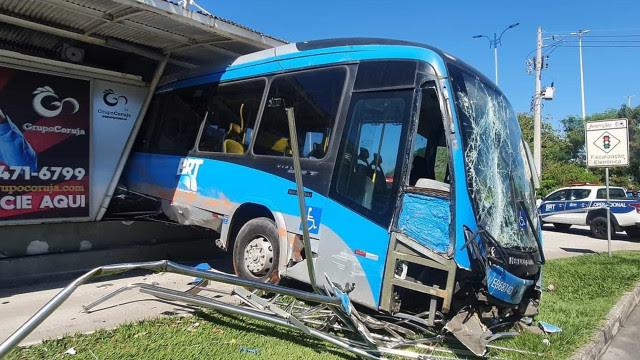 Passageira morre e 34 ficam feridos em acidente com ônibus no Rio