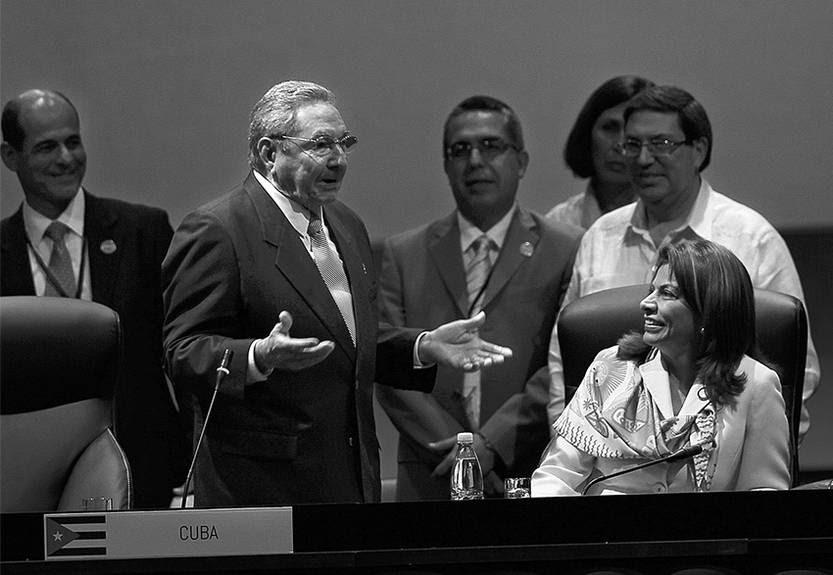 Los presidentes Raúl Castro, de Cuba, y Laura Chinchilla, de Costa Rica, durante el acto en el que el mandatario cubano traspasó la presidencia de la Comunidad de Estados Latinoamericanos y Caribeños (Celac) a su par costarricense, en La Habana, Cuba. / foto: