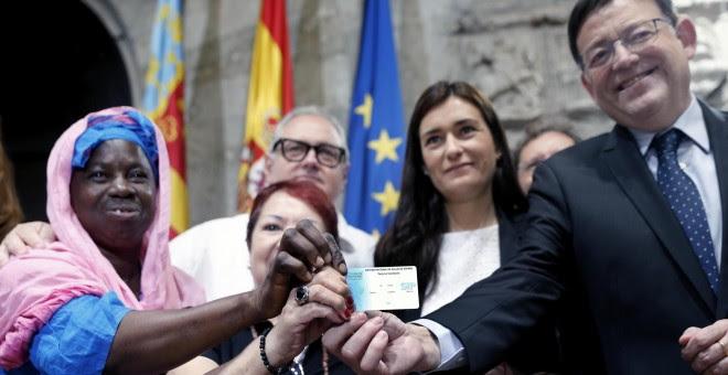 El president de la Generalitat, Ximo Puig (d) y la consellera de Sanidad, Carmen Montón, muestran una de las tarjetas sanitarias tras la presentación del Plan de Universalización de la Sanidad en la Comunitat Valenciana. -EFE/ Juan Caros Cárdenas