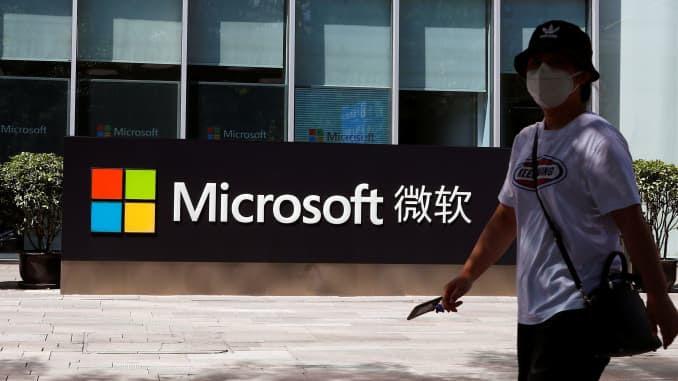 Uma pessoa passa por um logotipo da Microsoft no escritório da Microsoft em Pequim, China, em 4 de agosto de 2020.