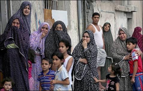 Vecinos palestinos durante el funeral de varios niños en en la ciudad de Gaza.