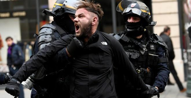 La Policía francesa detiene a un manifestante de las movilizaciones de los chalecos amarillos en París. REUTERS/Piroschka van de Wouw