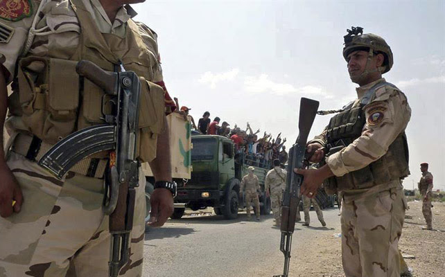 Soldados iraquíes transportan voluntarios a la base de Muthanna en Bagdad (Irak).