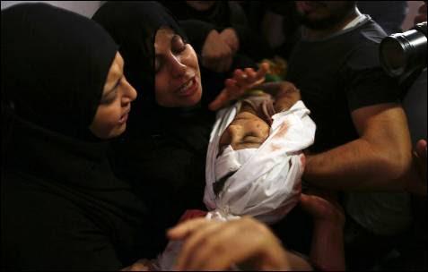 La madre de un niño palestino de cuatro años de edad, Qassim Elwan, muerto por el disparo de un tanque israelí junto con su hermano el viernes, está de luto durante su funeral en la ciudad de Gaza.
