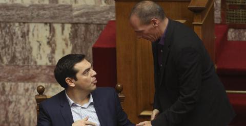 Alexis Tsipras, primer ministro griego, y su titular de Finanzas, Yanis Varoufakis, en el Parlamento griego. - REUTERS