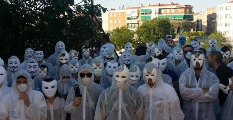 Decenas de enmascarados se concentran antes de la detención del joven 'Alfon'.- BUKANEROS