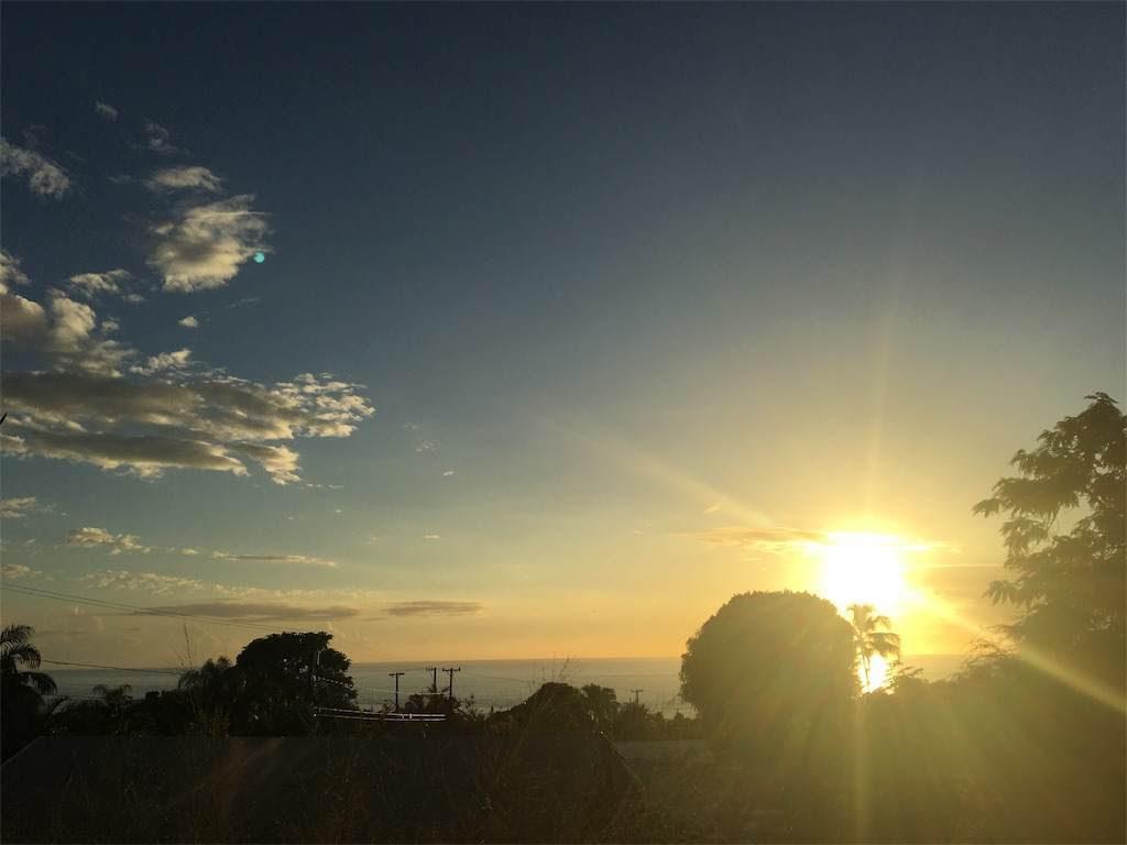こちらは夕陽が主役!奥の海もきれいに映し出す。
