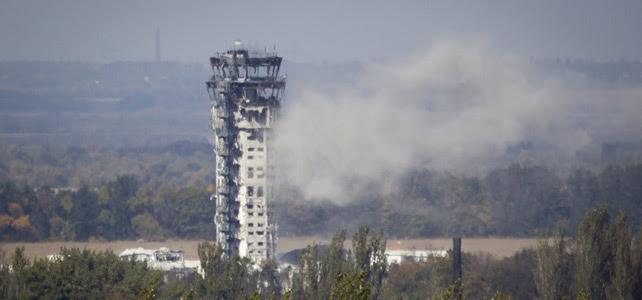 La bandera ucraniana ondea sobre la torre de control del aeropuerto de Donestk, dañada por los combates.