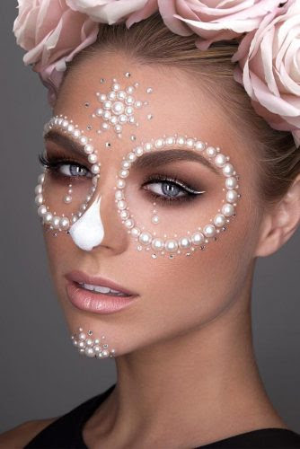 pretty-halloween-makeup-ideas-pearl-skull-scare-334x500