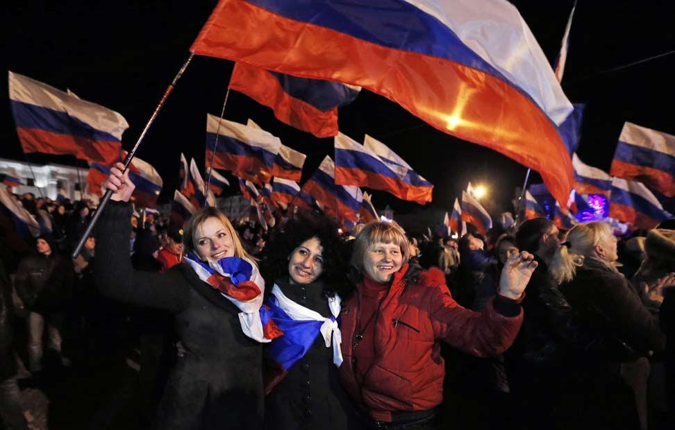 Celebración en Lenin Square, en Simferopol, después del referéndum. EFE