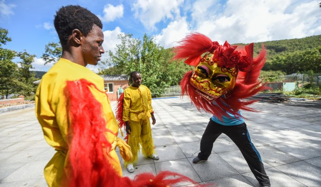 Zimbabwe and Nigerian trainees learn lion dance in the Chinese city of Dalian as part of a China-Africa cultural exchange event in 2016.